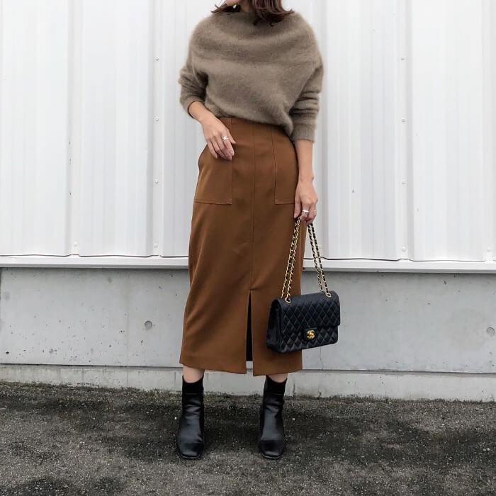 くすみブラウンのスリットロングスカートとモカ色ニットのコーデ画像