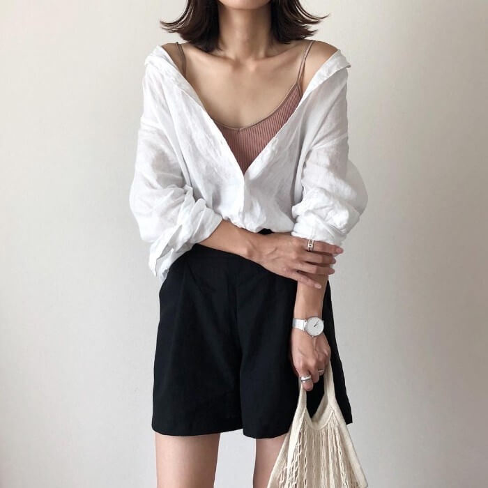 白シャツ×黒ショートパンツのコーデ画像