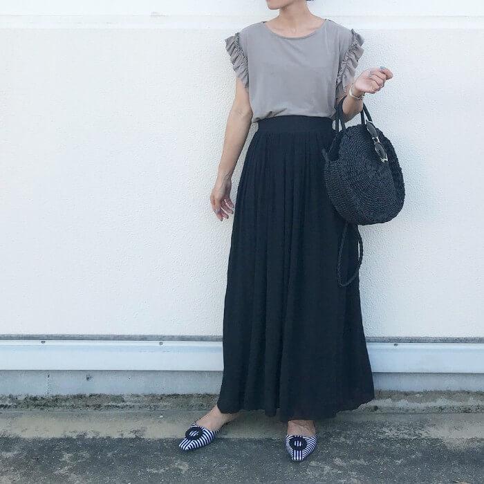 フリル袖カットソー×マキシ丈黒フレアスカートのコーデ画像
