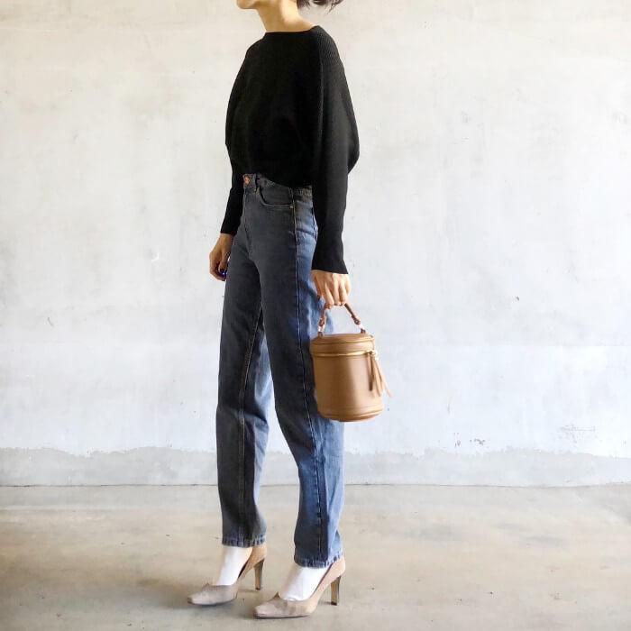 黒ニット×白靴下×ピンクベージュパンプスのコーデ画像