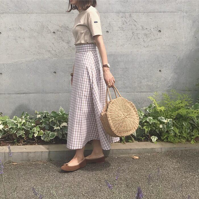 ベージュTシャツ×ベージュチェックフレアスカートのコーデ画像
