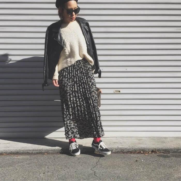 黒ライダース×白ニット×黒花柄プリーツスカートのコーデ画像