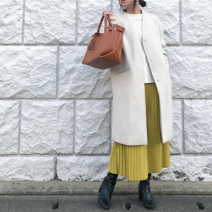 白コート×イエロープリーツフレアスカート