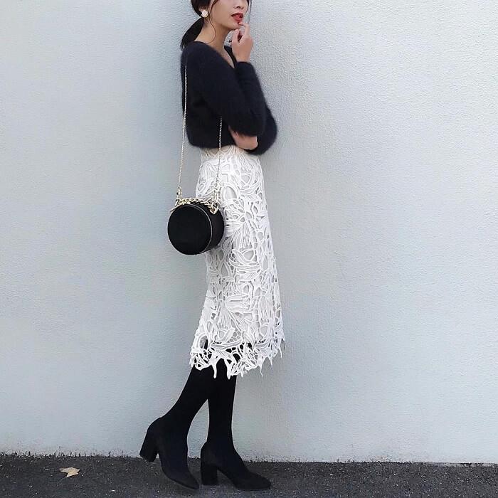 黒もこもこニット×白レースタイトスカートのコーデ画像