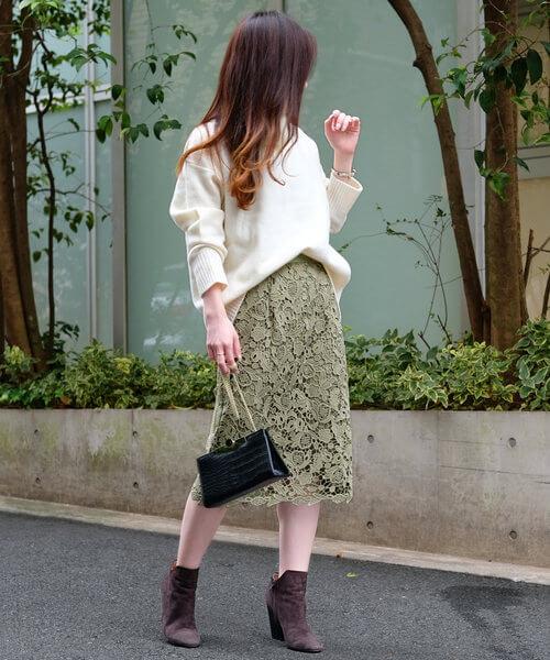 グリーンレーススカートと白ニットのコーデ画像