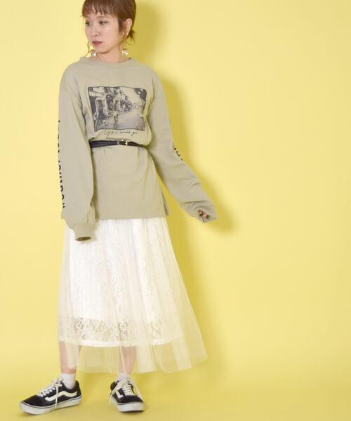 ロング丈スウェット×ベルト×白チュールスカートのコーデ画像