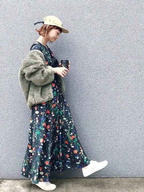 カーキボアブルゾン×花柄ワンピースのコーデ画像