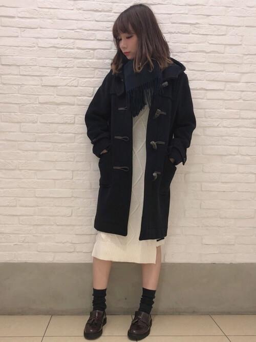 茶色タッセルローファー×黒靴下×ダッフルコートの靴下コーデ画像