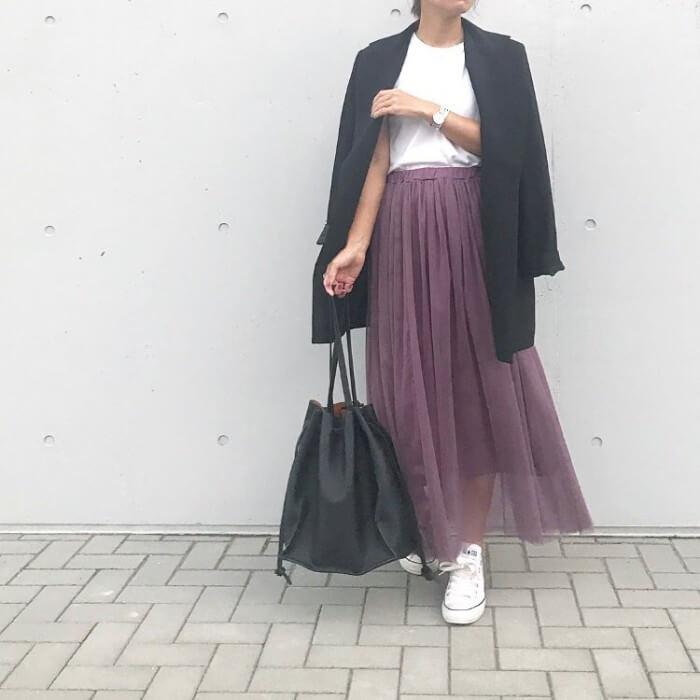 白T×パープルシフォンスカートのコーデ画像