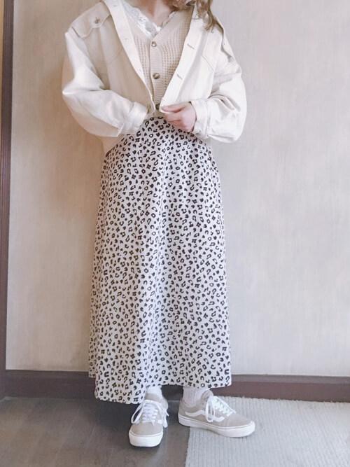 白デニムジャケットとレオパード柄スカートの画像