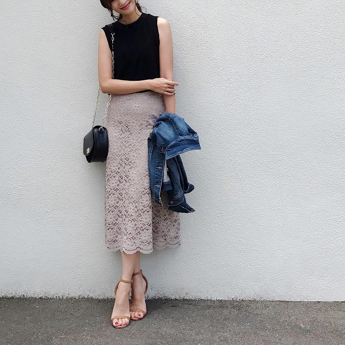黒×ベージュのレースロングスカートのコーデ画像