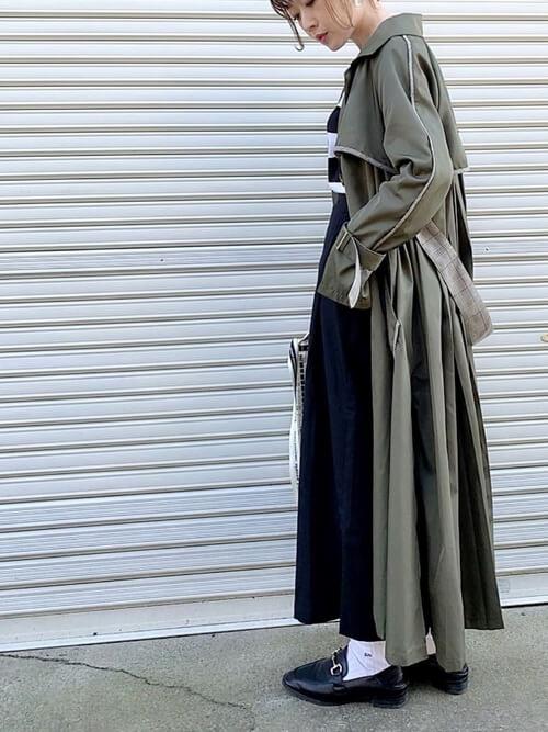 黒ビットローファー×白靴下×トレンチコートの靴下コーデ画像