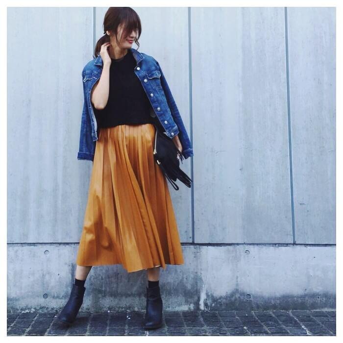 キャメルレザープリーツスカート×デニムジャケットのコーデ画像