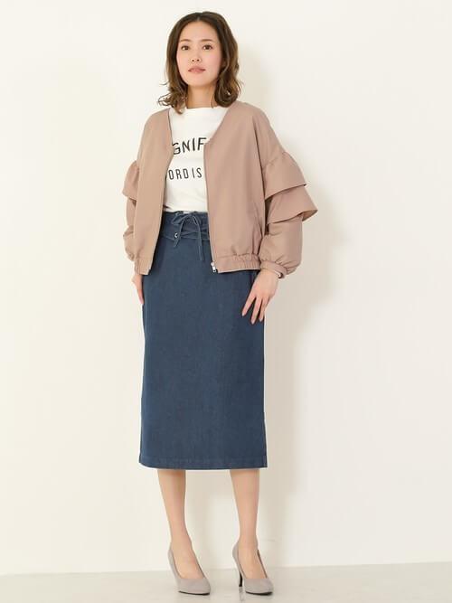 デニムスカート×ベージュピンクの袖コンシャスブルゾンのコーデ画像