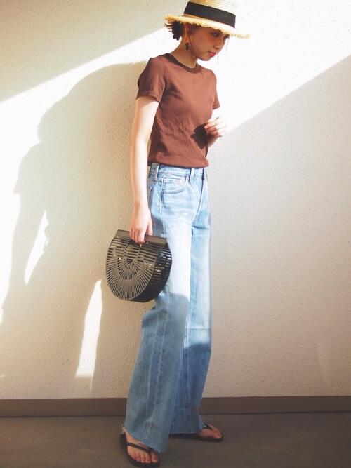 ブラウンTシャツ×ライトブルーデニムワイドパンツのコーデ画像