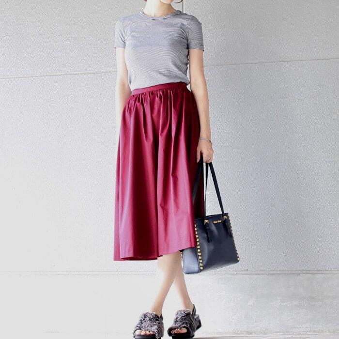 グレーTシャツ×ピンクフレアスカートのコーデ画像