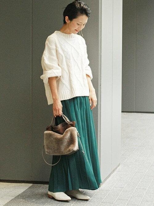 白ざっくりニット×グリーンロングプリーツスカートのコーデ画像