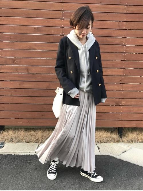 紺ブレ×サテンプリーツスカートのコーデ画像