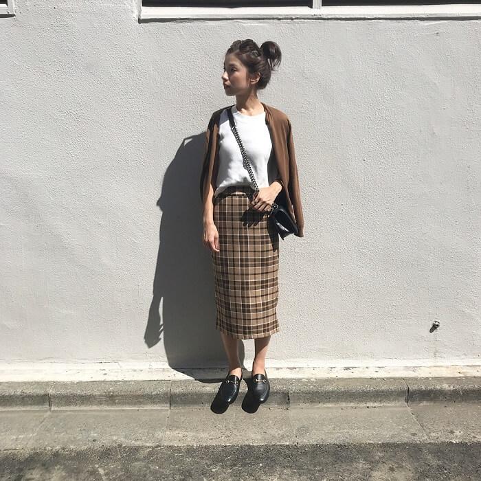 白トップス×茶色カーディガン×タータンチェックタイトスカートのコーデ画像