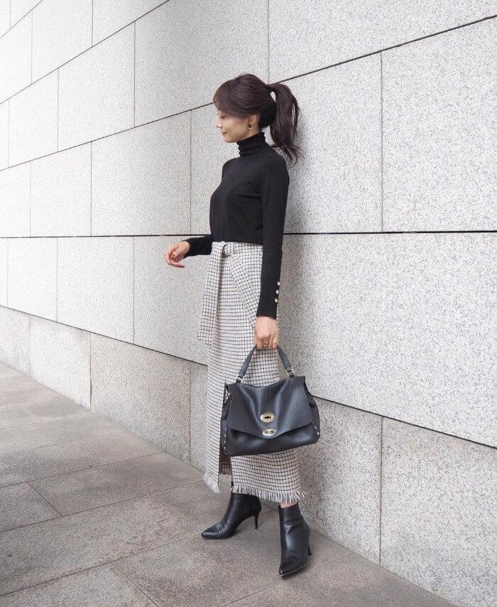 黒タートル×チェック柄ロングスカートのコーデ画像