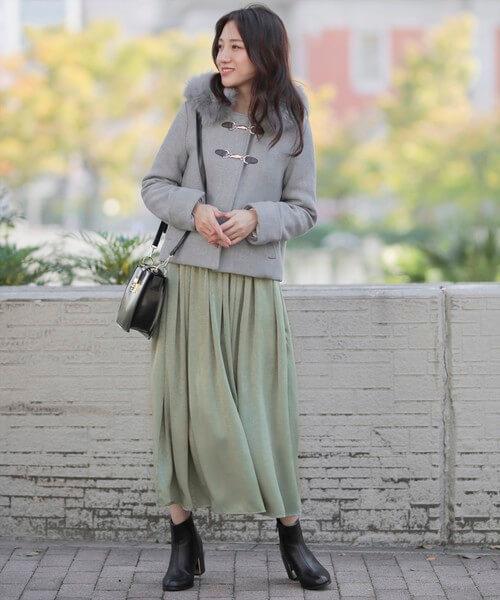 グリーンロングスカート×ショート丈グレーダッフルコートのコーデ画像