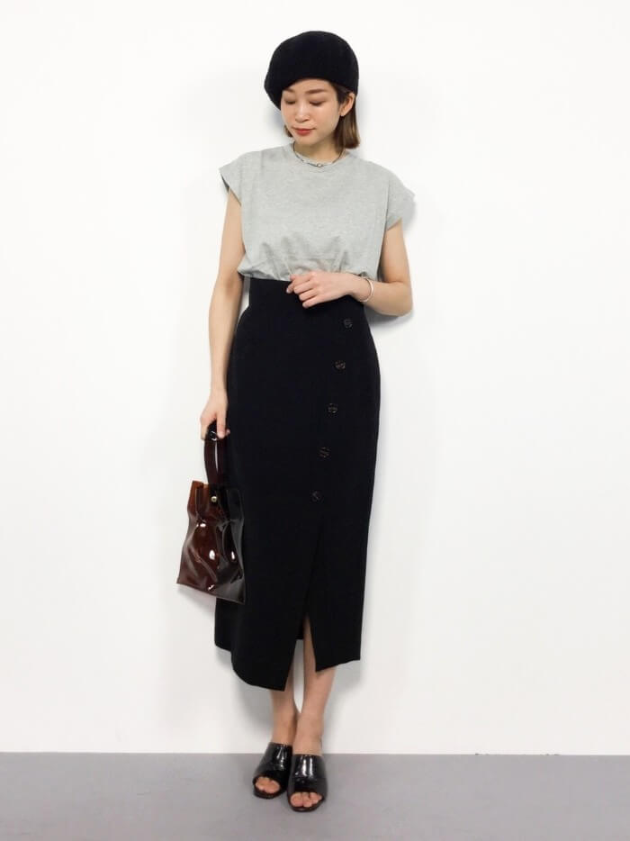 黒タイトロングスカート×フレンチスリーブTシャツのコーデ画像