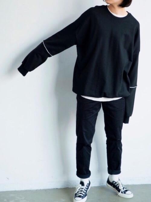 黒チノパン×黒スウェットのコーデ画像