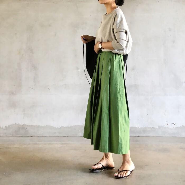 グレーカットソー×グリーンロングフレアスカートのコーデ画像