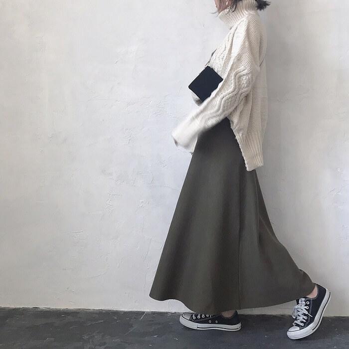 マキシ丈グレーフレアスカート×ケーブル編みニットのコーデ画像