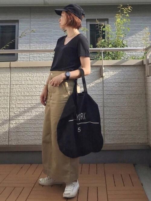黒Tシャツ×マキシ丈ベージュタイトスカート×キャップのコーデ画像