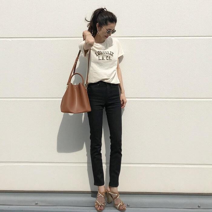 ベージュプリントTシャツ×黒スキニーのコーデ画像