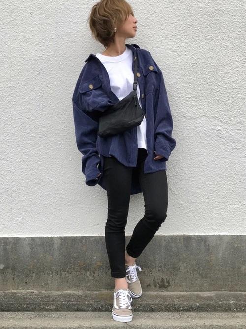 ブルーコーデュロイシャツ×黒スキニーのコーデ画像