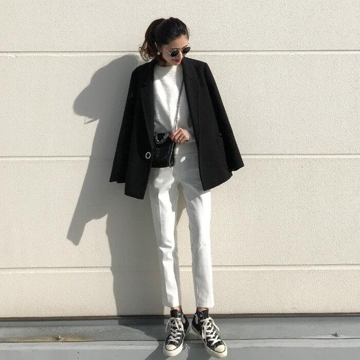 白シャギーニット×白スキニー×ジャケットのコーデ画像
