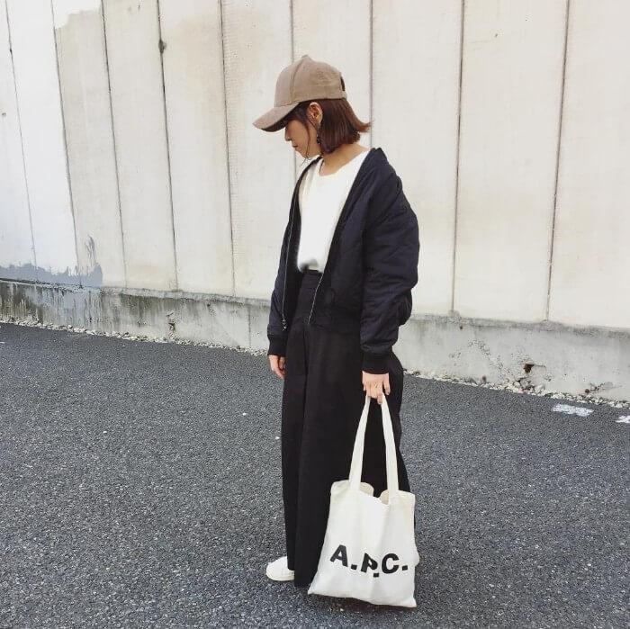 黒ブルゾン×白Tシャツ×黒ワイドパンツのコーデ画像