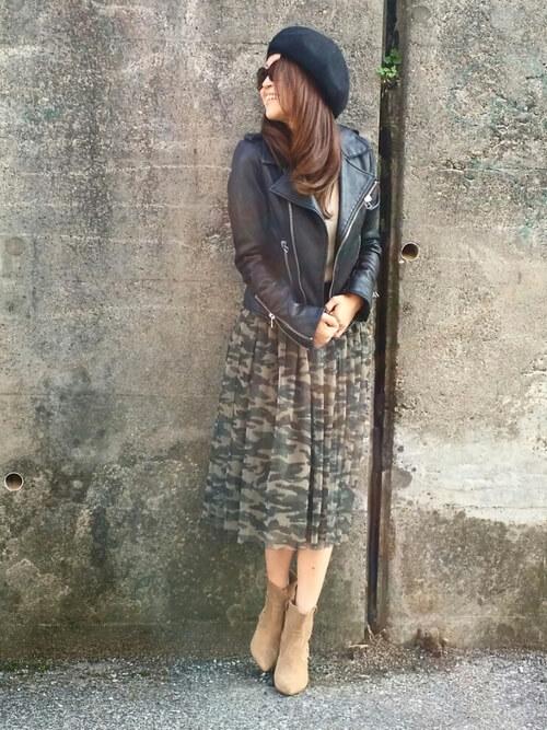 黒ライダースジャケット×カモフラチュールスカートの大人コーデ画像