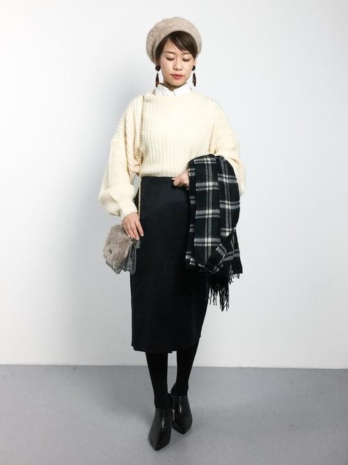 白ニット×黒スリットスカート×黒タイツのコーデ画像