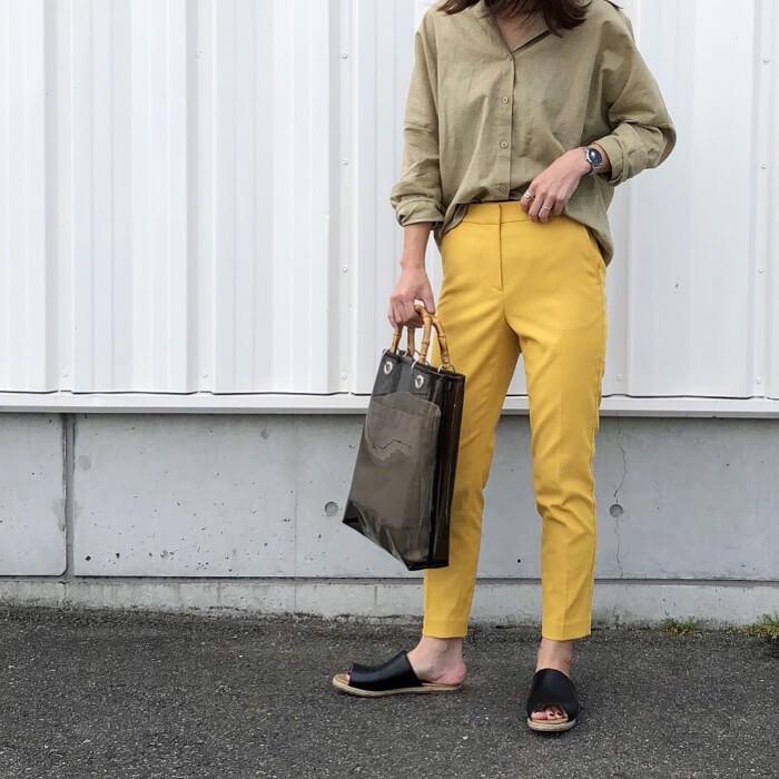 黄色パンツ×カーキシャツ画像
