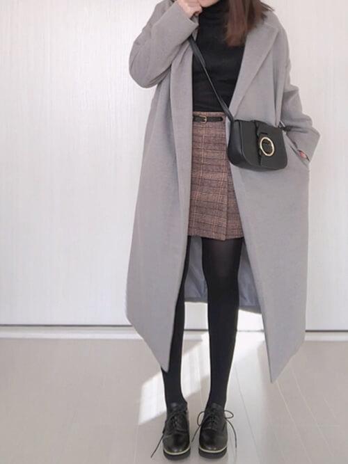 チェック柄のミニタイトスカート×黒のトップスのコーデ画像