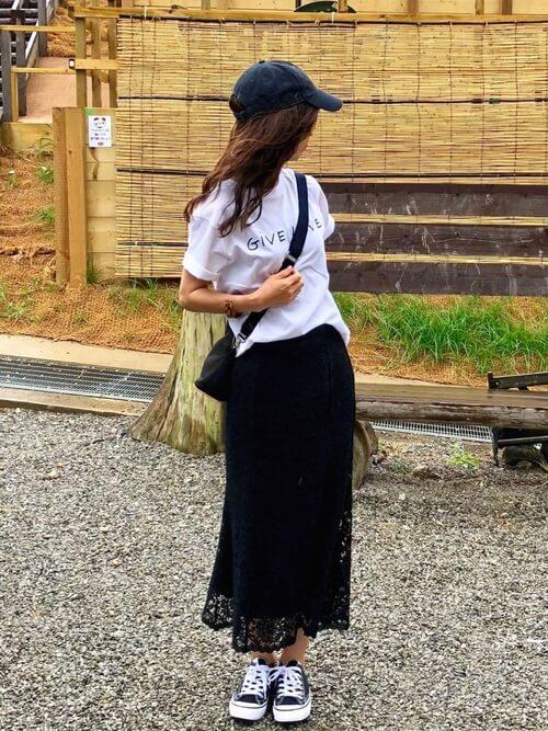 プチプラ黒レーススカート×ロゴTのコーデ画像