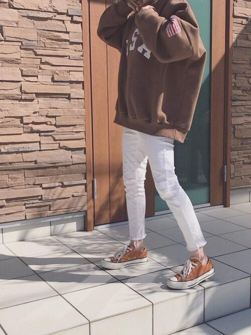 白スキニー×スウェットのコーデ画像