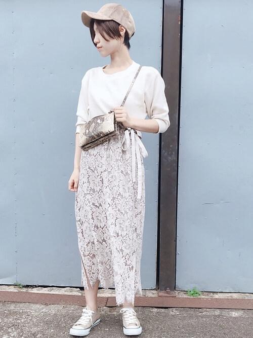 白Tシャツ×ベージュ花柄レーススカートのコーデ画像