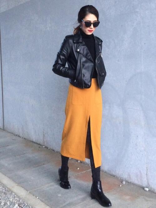 黒ライダース×マスタードタイトスカートのコーデ画像