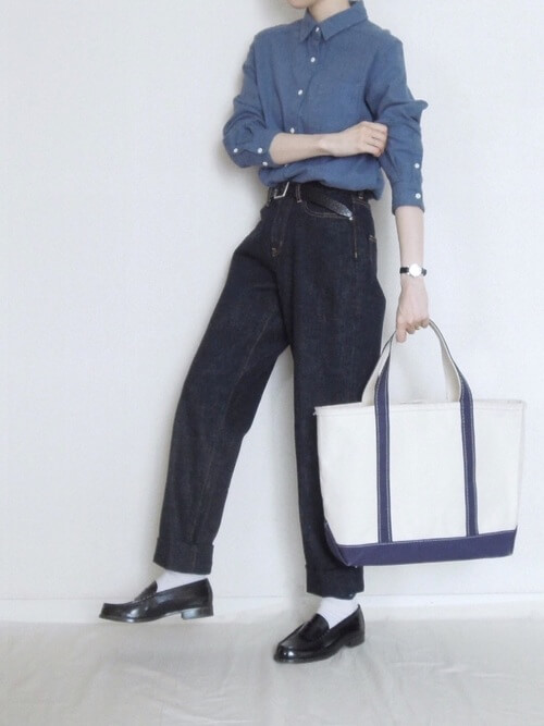 黒コインローファー×白靴下×ワイドデニムの靴下コーデ画像