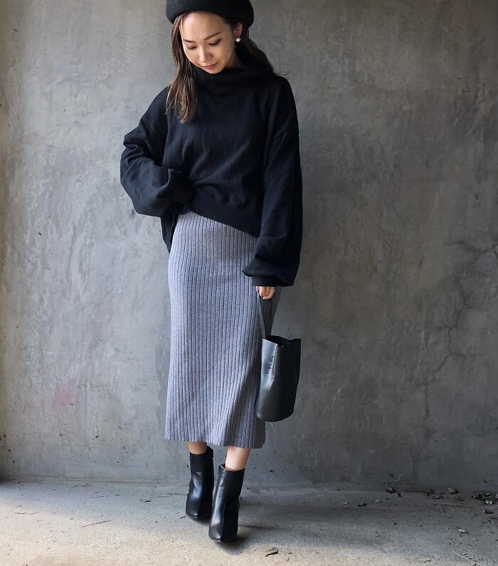 グレーリブニットタイトスカート×黒ゆるニットのコーデ画像