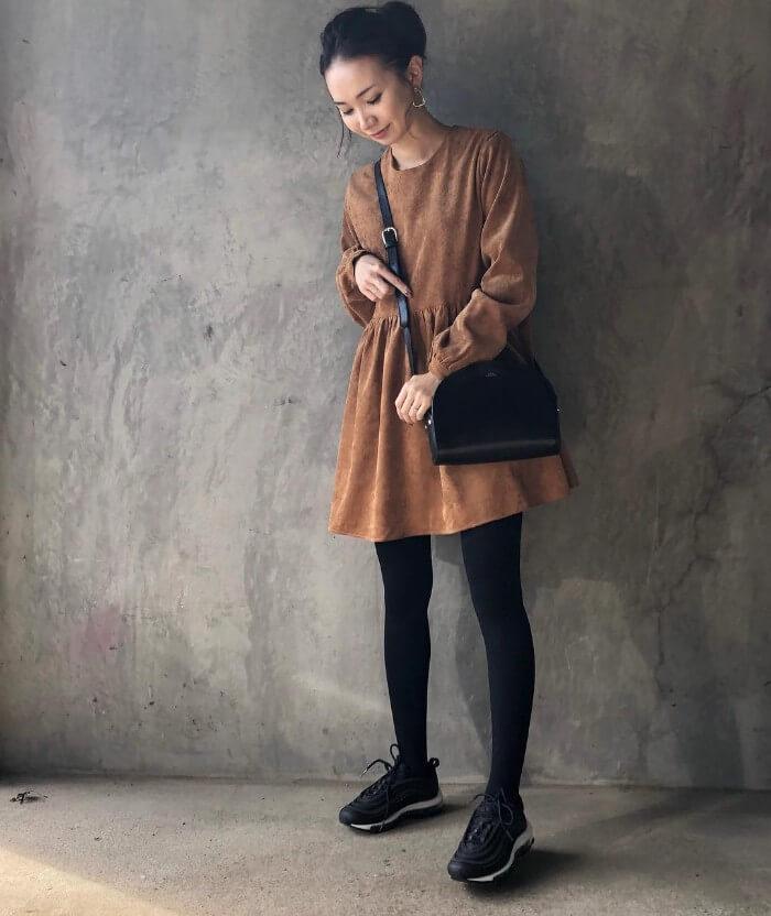 コンパクトなスカートにボリュームのあるスニーカーを合わせた画像