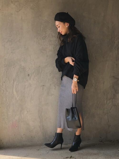 黒スウェット×カーキリブタイトスカートのコーデ画像