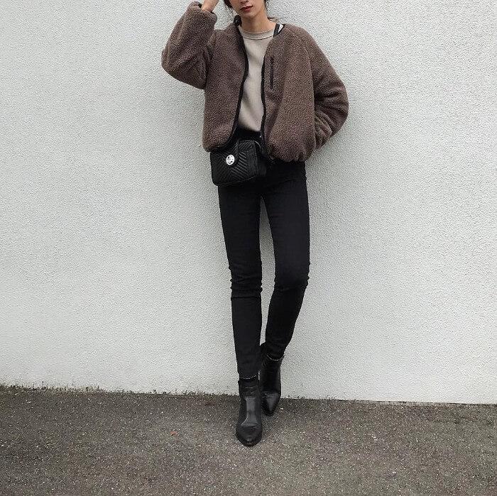 スキニー×ブーツ×ボアジャケットのコーデ画像