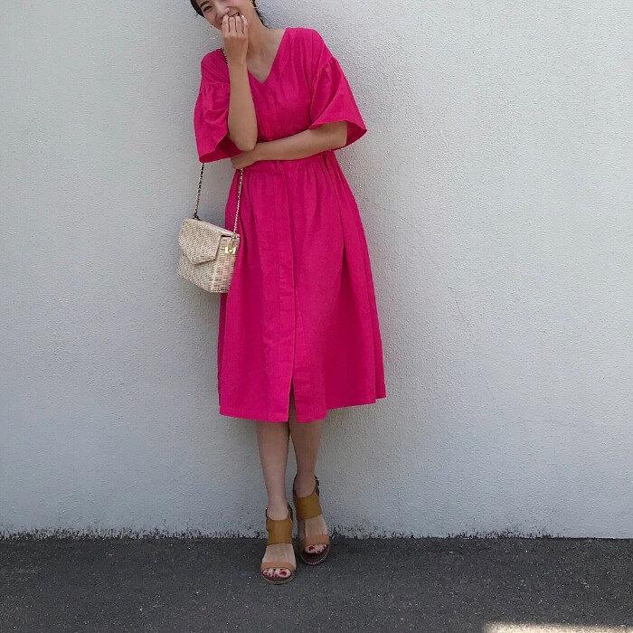 ショッキングピンクのフェミニンワンピースのコーデ画像