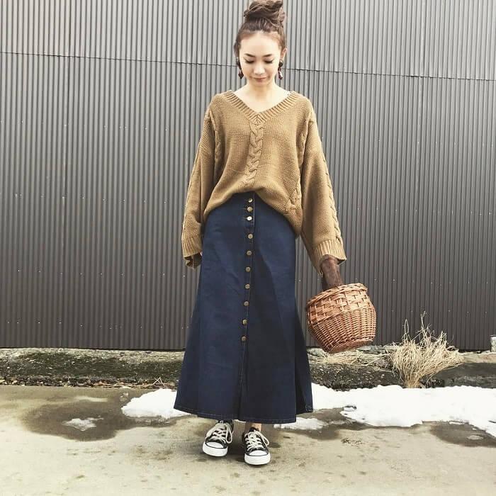 ロングデニムスカート×模様編みニットのコーデ画像