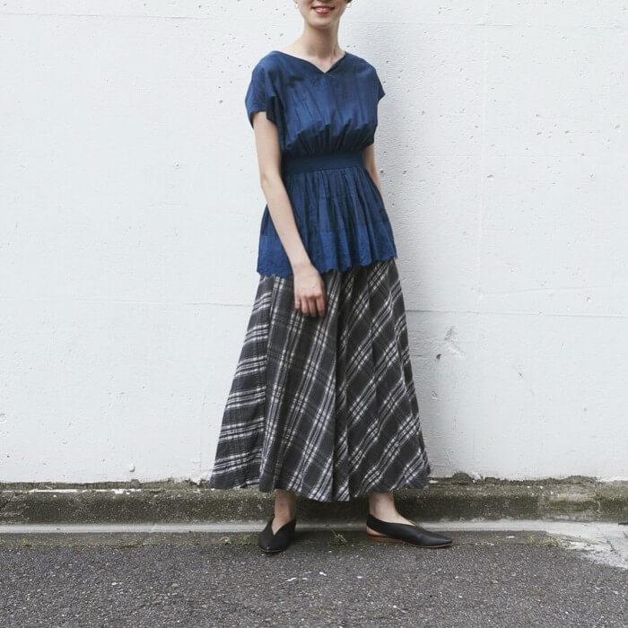 ペプラムブラウス×チェック柄黒スカートのコーデ画像